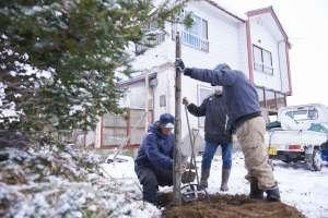 電線は地中に埋めます。