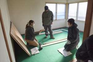 隣り合う2部屋で1段目、2段目の寝台になるユニットを作ります。