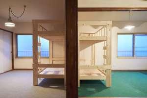 左が見本のベッド。右側がみんなで作ったベッドです。