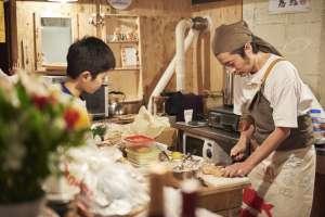 キッチンでは料理の準備が急ピッチです。