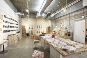 展示の様子。楽器のほか印刷に使う版を。  写真 Mihoko Tsujita
