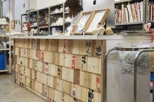 ショップのカウンターもARAMAKIに!  写真 Mihoko Tsujita