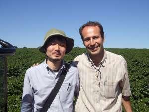 2008年ブラジル マカウバ・デ・シーマ農園主 グラウシオさんと お互い若いですね。 -