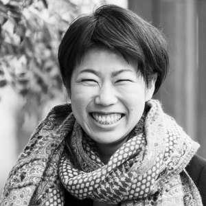 Photographer SHIMADA Maki - 奈良県出身。幼い頃から現在に至るまで将来の夢は旅人。ウェディングフォトグラファーを経て現在は家族などを撮影。大学在学中にアジア圏を旅し、神様と共に生きる人びとに惹かれ今なお追掛け中。