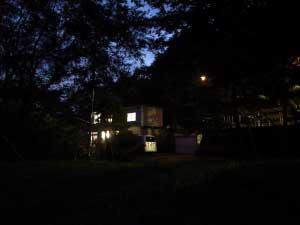 樽前にレジデンスハウスがオープン! - 7月1日、樽前にレジデンスハウスがオープン!樽前山観音寺の釣鐘堂に隣接する一軒家で、AIR+2014のレジデンスハウスがオープン。先行しての第一弾アーティストは、苫小牧文化公園アートフェスティバルの招待作家である狩野哲郎さん。共同制作をするアーティストとして、L PACKの小田桐奨さん、中嶋哲矢さんのお二人も来苫。苫小牧文化公園エリア・サンガーデンにて公開制作を行いつつ、樽前に滞在します。滞在期間:7月2日~8日公開制作:7月3日〜8日作品展示:7月9日~9月6日苫小牧文化公園アートフェスティバル2014会期:7月26日、27日>市ホームページhttp://www.city.tomakomai.hokkaido.jp/kyoiku/shogaigakushu/bunka/eventannai/art_festival/artfes2014.html>イベントfacebookページhttps://www.facebook.com/CultureParkArtFes.tomakomaiご本人によるガイドツアーは、7月26日14:30~15:30>狩野哲郎 webwww.tkano.com>L PACK bloghttp://lpack.exblog.jp/
