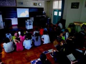 """樽前小にて展覧会プレゼンテーションを実施してきました!! - 『樽前arty2017』の会場となる樽前小学校は""""生きた学校""""です。たびたび勘違いされますが、廃校ではありません。今日は全校児童を前に展覧会をプレゼンテーション。展覧会のこと。ワークショップのこと。地上ミッションのこと。今年は何をやるの?という質問にドキッとするのは、あまりに日常的な会話と変わらないトーンで不意に聞かれるためです。今回は宇宙がやってくるよ。と、アートならではの突拍子もない切り口に動じることもなく、目をキラキラさせる児童の想像力は驚くばかりです。そんな児童の感性の詰まった樽前小学校の空間で行う美術展が特別でない訳がありませんね。ぜひ、目撃を。"""