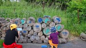 動画作成、近日公開!? 皆様もぜひ!! - 自分でも作れるねっ!先日ご報告しました『苫小牧アートフェスティバル中止告知プロジェクト』(同実行委員会主催)には多くの反響をいただきました。https://tarumae.com/6995アーティスト森迫暁夫さんの世界観で、ネガティブなニュースを瞬く間にポジティブな印象にひっくり返しましたが、見ているだけじゃもったいない!ということで、作り方動画の制作を始めました!引き続き森迫暁夫さんのご協力のもと、映像作家の佐竹真紀さんも参戦!今日は撮影をしながら、あっちこっち落書きしてみました。動画公開に合わせまして、街中も楽しくした~い!施設、店舗、企業、ギャラリーなど、落書きアートにご賛同いただける皆様を募集します。ワンポイントとしてプリントし、来訪者がほっこりする瞬間になればと思っています。ガラス面でしたら後日の撤去も可能です。ガラス面以外では消せない思い出となるはずです。その場で作り方動画にアクセスできるQRコードシールも。苫小牧市内を中心に、近郊、遠方等、ご相談はメッセージ(藤沢)までお送りください!#森迫暁夫#佐竹真紀