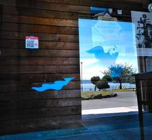洞爺湖芸術館にも落書きアート! - 世界ジオパークにも登録される洞爺湖の北のほとりにある洞爺湖芸術館にも落書きさせていただきました。洞爺湖芸術館では現在、artyメンバーの藤沢レオの個展がスタート。芸術館では偉大な彫刻家砂澤ビッキの常設展も見ることができ、近隣には水の駅や素敵なカフェが並ぶ、気持ちのいい街です。「おうちで落書きアート」動画にアクセスできるQRコードも完成!落書きを発見したらアドレスをチェック( ´∀`)/おうちでワークショップを始めてみよう!洞爺湖芸術館情報↓http://www.geijutukan.net/index.php?展覧会情報#落書きアートhttps://tarumae.com/5079