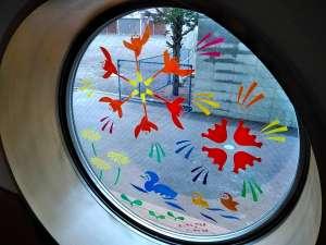 【落書きアート】続々参加! - 本日の現場は苫小牧東部にあります『幼稚舎あいか』様です。多くの園児たちが通う素敵な施設の円窓に落書きしました。夏祭りへも行けない園児たちを想って、花火のような明るさをリクエストされ、森迫ワールドをぎっしりしきつめました!#落書きアート#夏休み自由研究#親子アート【おうちで落書きアートMovie】https://tarumae.com/5079