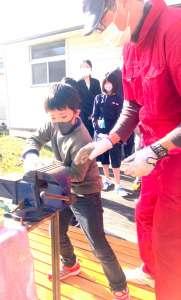 樽前小学校でワークショップ! - 11月7日は樽前小学校でワークショップ「鉄ねじれます。」と「葉っぱフロッタージュ 」を実施。来年の入学希望者と在校児童と一緒にワークしました。お天気も良く、ねじり日和・こすり日和!児童みんな集中して取り組んでいました。在校児童も少し見ないうちに、みんなお姉さん、お兄さんになっていてびっくり!成長の速さに感激しつつ、楽しく活動ができ最高の1日でした!