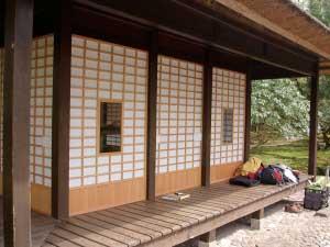 日本とは建具の内外の向きが逆だが、当時の写真の通りに再現。 The surface of door is actuary inside-out, however we installed it as according to a photograph taken at the time.