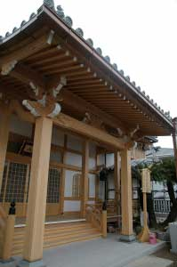 本堂/向拝 Pent roof built atop the stairs, main hall