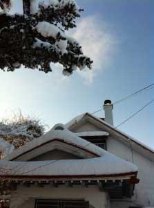 屋根に積もった雪.綿帽子。