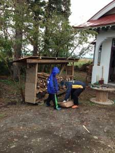 薪で作った薪小屋に薪を運ぶ。。。